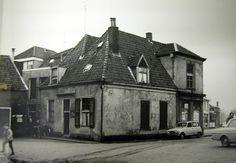 Hoek Molenstraat rond 1970. Hoek Molenstraat-Oosterwal vanaf de gracht gezien. Achter het 19de-eeuwse gedeelte aan de Molenstraat blijkt een veel ouder huisje met een dubbele kap schuil te gaan. Fotootje uit het bouwarchief van de gemeente Lochem.