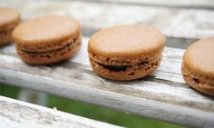 Chocolate macaroons with a salty caramel filling, NAM! Chocolate Macaroons, Norwegian Food, Hamburger, Muffin, Salt, Bread, Baking, Breakfast, Recipes