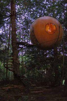 Une sphère sylvestre    Issue du mariage de la cabane dans les arbres et du voilier, la sphère est faite de bande de bois de cèdre, et complété d'accessoires en laiton.    Alors que dans les habitations traditionnelles, murs, planchers et plafonds sont séparés de façon tranchée, dans la sphère, tout participe de la même structure unifiée.  Il n'y a que deux côtés : dehors et dedans.    Free Spirit Spheres http://www.freespiritspheres.com/