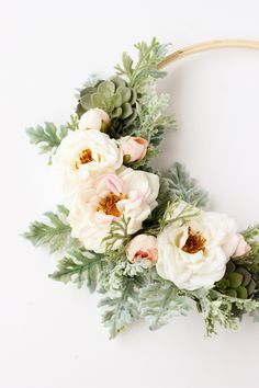 ▷ 1001 + Ideas and instructions for spring decoration yourself .- ▷ 1001 + Ideen und Anleitungen für Frühlingsdeko selber machen Flower wreath for the front door, with white roses, working with real flowers, DIY idea for spring decoration - Diy Simple, Easy Diy, Diy Décoration, Diy Crafts, Diy Ac, Flores Diy, Summer Decoration, Diy Wreath, Wreath Ideas