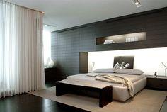 chambre blanche avec un mur gris et rideaux transparents