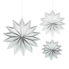 Tre papirstjerner med 12 spisser, kommer i eske. Nydelig på en gren, på en pakke eller på juletreet! Brettet i Europa. 74 -86 -106 mm.