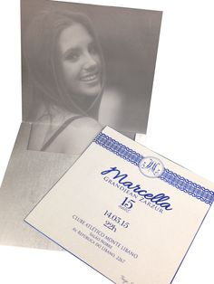 Convite de 15 anos com foto da aniversariante. Azul e prata.