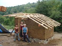Natural building workshops, where you can come to learn about green building. Workshops include cob building, adobe houses, straw bale houses and more. Cob Building, Building A Cabin, Green Building, Strawbale Gardening, Earth Bag Homes, Childrens Playhouse, Farm Layout, Small Modern Home, Natural Homes