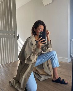 Summer Wardrobe Staple: Leather Slides Latest Outfits, Mode Outfits, Trendy Outfits, Fashion Outfits, School Outfits, New York Fashion, Fashion News, Fashion Trends, Comfortable Heels