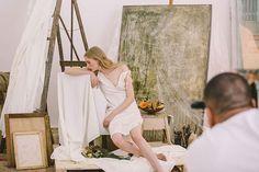 Na tarde de hoje (10/3) a Amsterdam Sauer clica a sua campanha da coleção Untitled com lançamento em abril. No estúdio de Zee Nunes (que assina as imagens) em São Paulo tintas espelhos pincéis telas e outros elementos trazem o ar artsy que permeia as joias da nova coleção. A diretora criativa da joalheria Stephanie Wenk assina o mood da campanha. Quem empresta sua beleza fresh às fotos é Mia Brammer new face que esteve no último desfile da Prada em Milão agora pela primeira vez em uma…