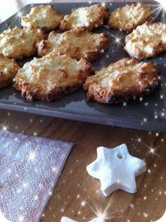 Macarons de 1776 - recette INGREDIENTS : 1 blanc d'oeuf 62 g de poudre d'amandes ou de noisettes 50 g de sucre PREPARATION : Préchauffez le four à 180°C (350°F). Dans un bol, mélanger le sucre et la poudre d'amandes ou de noisettes. Ajoutez le blanc d'oeuf. Couvrir une plaque de cuisson de papier parchemin. Déposez 1 ou 2 cuillères à thé de pâte par biscuits. Enfournez et cuire pendant 10 à 15 minutes ou jusqu'à ce que les biscuits commencent à se colorer.