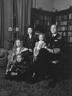 Ο βασιλιάς Παύλος με την οικογένειά του