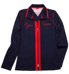 Die blaue Sweatjacke besticht mit dem modischen Schriftzug auf der Brust und unter dem Kragen, sowie den stylischen Kontrastnähten.