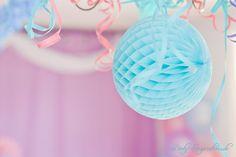 Babyparty Dekoration: Wabenbälle und Luftschlangen in türkis, lavendel, rosa und…