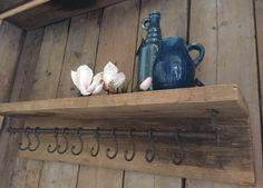 Mooie steigerhouten kapstokken Ook leuk met rieten mandjes erop.  Gezien in de webshop zuzzenzowonen