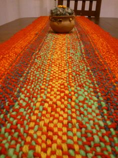 Camino de Mesa Tejido en Telar con Lana Hilada a Mano Pin Weaving, Loom Weaving, Types Of Weaving, Weaving Textiles, Weaving Projects, Floor Rugs, Textile Art, Fiber Art, Rug Hooking