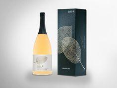 """""""Eine wertvolle Verpackung schaffen, für wertvolle Besonderheiten"""" so lautete der Auftrag. Das Ergebnis ist einzigartig! Mit feinstem Papier überzogen und mit hochwertigen Veredelungen ausgerüstet, wird diese Verpackung dem besonderen Inhalt gerecht. • #Dinkhauser Kartonagen • #Karton • #Exklusivverpackung Wine, Bottle, Drinks, Juice, Unique, Apple, Packaging, Flask, Drink"""