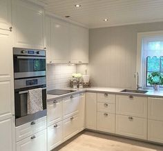 Love this all white kitchen! Kitchen Dining, Kitchen Decor, Kitchen Cabinets, Small Room Bedroom, Eating Plans, Vegan Recipes Easy, Kitchen Interior, Interior Inspiration, Kitchen Remodel