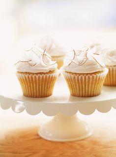 Cupcakes à l'érable Recettes | Ricardo Maple Cupcakes, Baking Cupcakes, Cupcake Recipes, Cupcake Cakes, Dessert Recipes, 12 Cupcakes, Kinds Of Desserts, Köstliche Desserts, Meringue Frosting