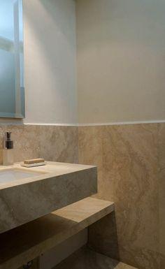 rivestimento in marmo con mobile bagno in travertino