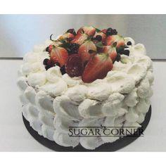Angel food cake con nata y frutas rojas
