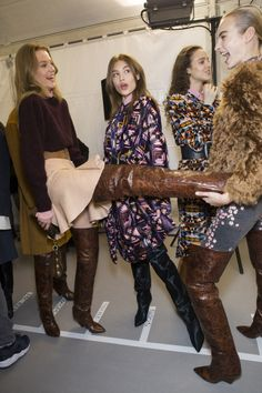 News, Shoes, Leather and Weather: boots: meanrunway:Isabel Marant Fall 2017 Paris Sexy Boots, Cool Boots, High Boots, Ankle Boots, Fashion Boots, Boho Fashion, Womens Fashion, Boots Tumblr, Hunter Boots Outfit