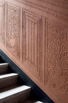 Detalhe das paredes do edifício decoradas com trabalhos embaixo-relevo