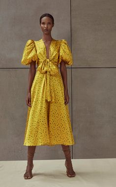 Get inspired and discover Silvia Tcherassi trunkshow! Shop the latest Silvia Tcherassi collection at Moda Operandi. Fashion 2020, Look Fashion, Fashion News, Spring Fashion, Fashion Show, Fashion Outfits, Fashion Design, Fashion Trends, Woman Fashion