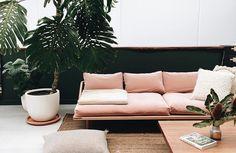 Met de lente in het vooruitzicht is jouw interieur ook weer toe aan verandering. Met deze tips maak jij je huis helemaal klaar voor de lente. #spring #interior #pink #couch