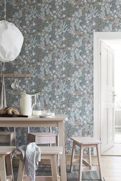 The wallpaper Koralläng - 1459 from Boråstapeter is wallpaper with the dimensions m x m. The wallpaper Koralläng - 1459 belongs to the popular wallpap Wallpaper Samples, Wallpaper Roll, Wall Wallpaper, Pattern Wallpaper, Wallpaper For Hallways, Wallpaper Online, Botanical Wallpaper, 3d Home, Interior Inspiration