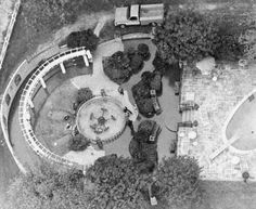 Aerial shot of the Meditation Garden with Elvis and Gladys Presley's graves, Graceland, Memphis, TN, October 1977 Elvis Presley Graceland, Graceland Mansion, Elvis Presley House, Elvis Presley Photos, Meditation Garden, Garden Steps, Memphis Tennessee, Kinds Of Music, Great Love