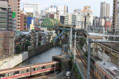 聖橋から神田川を渡る丸ノ内線と総武線を眺める。中央線上り電車もやってきて、カラフルな電車が勢揃い