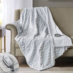 Heated blanket that all you need this winter. An indispensable tool for you and your loved ones in winter days. Heated Throw, Heated Blanket, Electric Throw Blanket, Red And Pink Roses, Fur Blanket, Faux Fur Throw, Good Sleep, Bed Covers, Comfort Zone