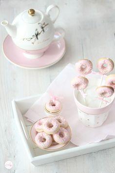 Pastelroze donuts en het schattigste theepotje. De ideale combinatie voor een cozy high tea! http://www.brouzje.nl