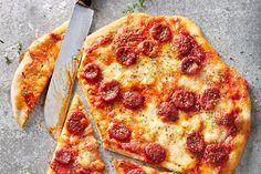 Knusprig dünne Pizza mit Chorizo und Mozzarella