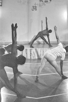 Rare old vintage photo of the BKS Iyengar during a yoga lesson at the Ramamani Iyengar Memorial Yoga Institute, Pune, India .... #bksiyengar #iyengar #vintageyoga #yogahistory #yoga #om #yogaguru #yogafounder #yogastar