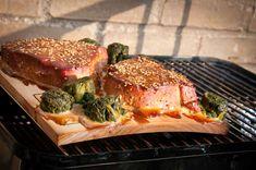 Barbecueën op een plank is heel makkelijk en geschikt voor veel verschillende gerechten. Niet alleen zalm maar ook voor vlees en groenten Weber Barbecue, Bbq Grill, Grill Oven, Camping Bbq, Bbq Party, Food For A Crowd, Fish And Seafood, Outdoor Cooking, Food Plating