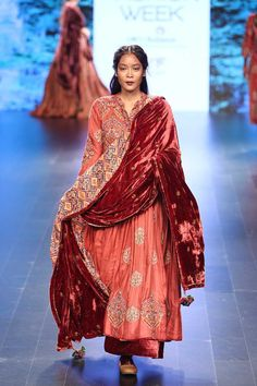 23 of the Best Bridal Looks from Lakme Fashion Week Winter/Festive 2016 Lakme Fashion Week, India Fashion, Asian Fashion, Look Fashion, Fashion Outfits, Fashion Blogs, Dress Fashion, Fashion Trends, Pakistani Dress Design