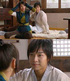 """Kang Chi descubre que Yeo Wool lo ha cuidado toda la noche y la despierta diciéndole que ya es de día, luego de unos segundos ella reacciona: """"¡El sol ya ha salido! ¿Qué debería hacer?"""".  Kang Chi: """"¿Qué voy a hacer?"""". Yeo Wool: """"¿Tú por qué?"""". Kang Chi: """"Ha sido nuestra primera noche juntos y no puedo recordar nada ya que me dormí. Es realmente muy decepcionante"""", sonriendo - Gu Family Book, Episodio 22"""