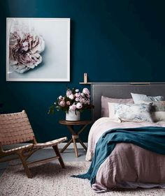 Awesome 60 Simply Small Master Bedroom Decor Ideas https://roomadness.com/2018/04/02/60-simply-small-master-bedroom-decor-ideas/