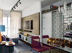 Living   O mosaico de espelhos e a mesa de jantar de vidro, ambos feitos pela Apeninos Vidros, garantem a leveza visual. Centro de mesa da LS Selection. A cadeira Clip estofada, da Fernando Jaeger Atelier, é um dos pontos de cor da decoração (Foto: Edu Castello/Editora Globo)