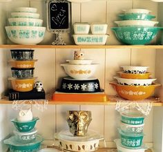 Vintage Pyrex is highly collectible and comes in many colorful patterns. Find out which Pyrex dishes you need, including a timeline of Pyrex history. Vintage Kitchenware, Vintage Dishes, Vintage Glassware, Vintage China, Vintage Heart, Pyrex Display, Vintage Display, Vintage Decor, Pyrex