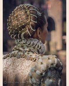 Elizabeth of Austria - medieval pearl decorated chignon Mode Renaissance, Costume Renaissance, Renaissance Hairstyles, Historical Hairstyles, Renaissance Fashion, Italian Renaissance Dress, 1500s Fashion, Renaissance Dresses, Victorian Fashion