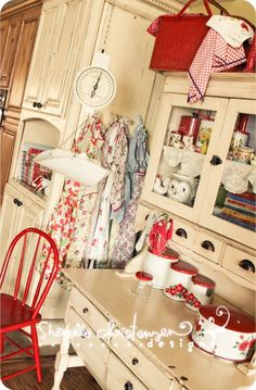 Vintage Red and Cream Kitchen. Wow I would live this. I have a red kitchen, great inspiration ! Shabby Chic, Shabby Vintage, Vintage Decor, Vintage Country, Vintage Pink, Red And White Kitchen, Red Kitchen, Kitchen Knobs, Kitchen Cabinets