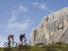 Die Felbertauernstrasse mitten durch den Nationalpark Hohe Tauern ist seit 50 Jahren die landschaftlich reizvollste Strecke für Urlauber, die es in den Süden zieht. Sie ist nicht nur eine preisgünstige und staufreie Alternative zum Brenner oder zur Tauernautobahn, sondern bietet jede Menge Möglichkeiten, den Urlaub zu beginnen oder auf der Rückreise ausklingen zu lassen. Zum Beispiel mit dem Fahrrad.