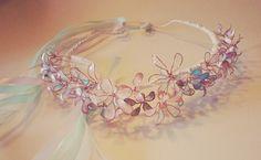 Olha que linda ficou essa tiara de flor de esmalte! Quer conhecer a técnica? Esta aqui o tutorial DIY:http://www.vestidosdelacos.com.br/diy-como-fazer-coroa-de-flores-de-esmalte-para-dama/