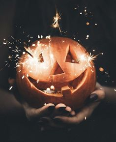 Carved pumpkin jack-o-lantern with sparklers. Halloween Fall inspiration and photo ideas. Things to do during fall. Halloween Chic, Happy Halloween Banner, Holidays Halloween, Halloween Decorations, Halloween Jack, Halloween Tumblr, Happy Halloween Quotes, Halloween Flowers, Vintage Halloween Photos