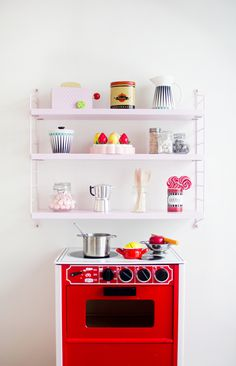 Kids room - String shelf and Brio oven - My Second Hand Life