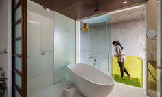 La salle de bains de cette jolie suite des parents avec une grande douche et baignoire