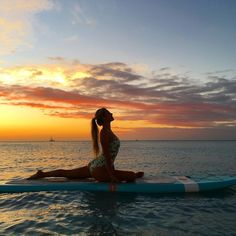 Benefits Of Performing – Standing Head To Knee Yoga Pose Paddle Board Yoga, Sup Girl, Surfer Girl Style, Pranayama, Beach Foto, Sup Stand Up Paddle, Bikini Poses, Sup Yoga, Surfing Pictures