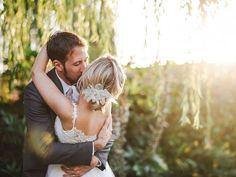 Casal se beija no dia do casamento. Saiba como funciona a licença casamento