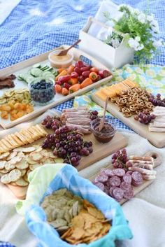 Picnic in the Park – Feathers in Our Nest Fancy picnic food! Dining al fresco with a mostly gluten-free menu Picnic Date Food, Picnic Ideas, Beach Picnic Foods, Healthy Picnic Foods, Picnic Dinner, Beach Lunch, Picnic Recipes, Picnic Time, Healthy Food