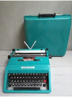 Réalisée en 1967 par le designer italien Ettore Sottsass, la Studio 45 est une machine à écrire Pop et ludique avec sa robe en ABS turquoise. Elle est en parfait état (seules quelques piqures sur les chromes de la serrure) et complète: valise de transport, housse de protection, boite de pinceaux et la notice d'origine !!! Compatible avec le ruban d'encre universel. Avec boite  L. 38cm l. 37cm H. 15cm