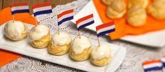 Zelfgemaakte Hollandse soesjes gevuld met slagroom en een laagje witte chocolade
